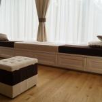 Svetainės baldai uosio masyvo, balinti, lakuoti. Sėdima dalis – gobelenas.