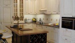 Virtuvė pagaminta iš uosio masyvo, spintelės dažytos, sendintos aukso patina. Virtuvės sala beicuota, lakuota.