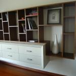 Svetainės baldas: lentynos riešuto faneruotė, beicuota, pakabinama komoda – ąžuolo faneruotė, dažyta.
